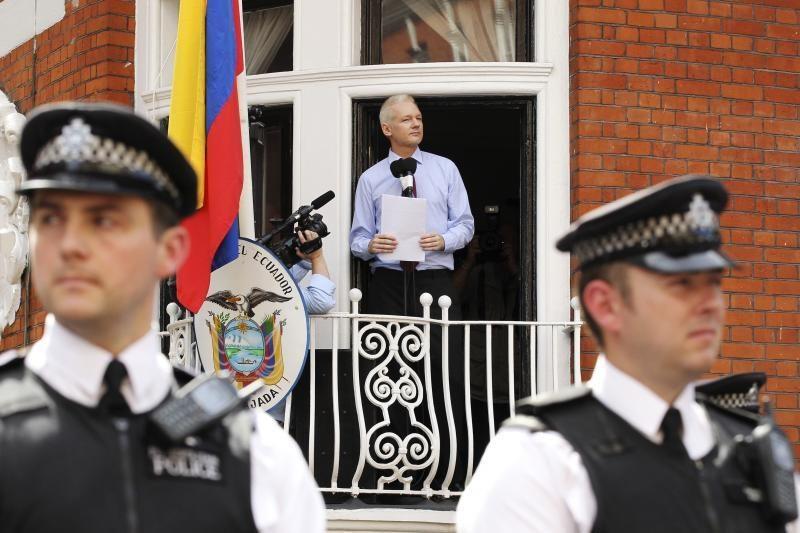 """""""WikiLeaks"""" įkūrėjas J. Assange'as turi bėdų dėl plaučių?"""