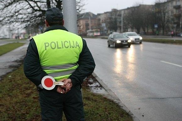 Radviliškio rajone į medį atsitrenkęs vairuotojas išplūdo pareigūnus