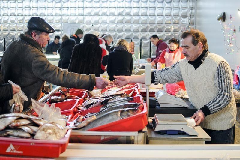 Klaipėdos turgaus žuvų pardavėjai džiaugiasi šventine prekyba