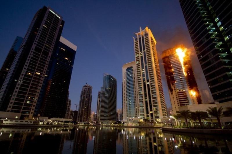 Sekmadienio naktį Dubajuje degė dangoraižis