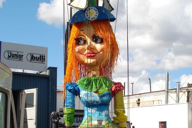 Vilniaus gatvėse – įspūdingo dydžio marionetės pasivaikščiojimas
