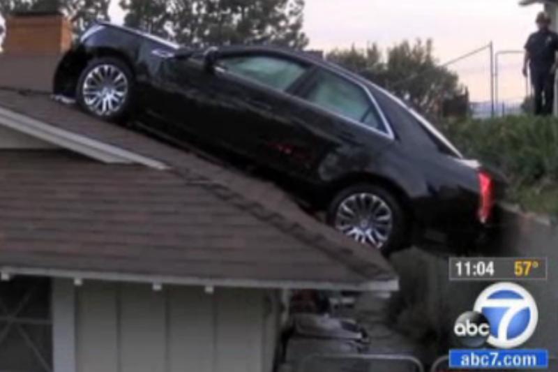 Jūsų kieme mažai vietos? Statykit automobilį ant stogo!