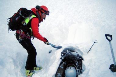 Kamera užfiksavo, kaip tris snieglentininkus užgriuvo nuošliauža