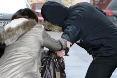 Moterį užpuolęs plėšikas grobiu ilgai nesidžiaugė