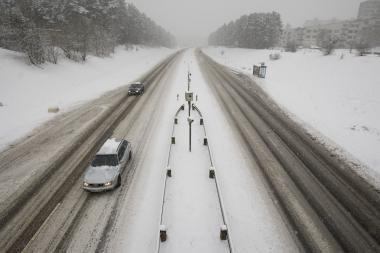 Kelių būklė: eismo sąlygos išlieka sudėtingos, keliai - slidūs