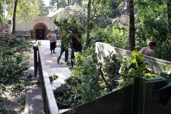 Kariai Kaune tęs škvalo padarinių likvidavimo darbus
