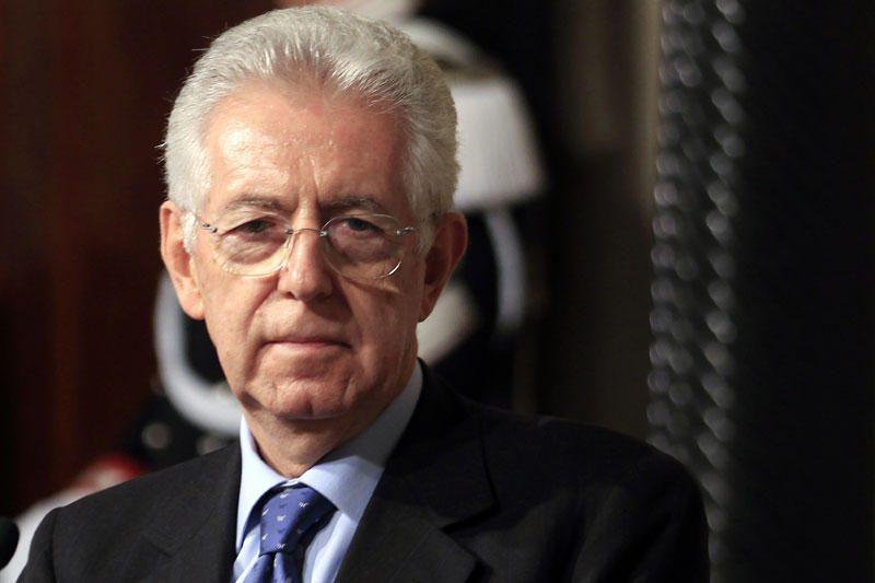"""S. Berlusconi smerkia Vokietijai """"keliaklupsčiaujantį"""" M. Monti"""