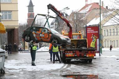 Neįgaliųjų vietoje paliktos mašinos bus nukeltos