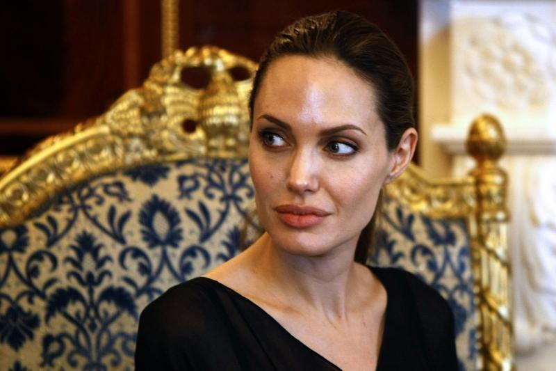 A. Jolie aplankė prievartavimo Ruandos karo zonoje aukas
