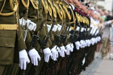 Vyriausybė palaimino laikiną kariškių algų mažėjimą