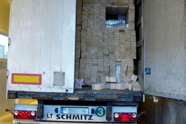 Poros milijonų litų vertės rūkalų kontrabanda slėpta medienoje
