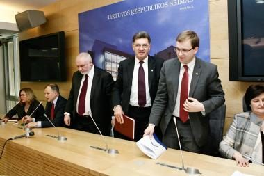 Opozicija nusitaikė į premjerą ir net keturis ministrus