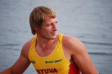 Irkluodamas į finišą M.Griškonis vos neiškrito iš valties