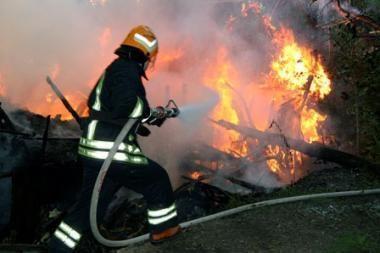 Naktiniuose gaisruose žuvo du vyrai