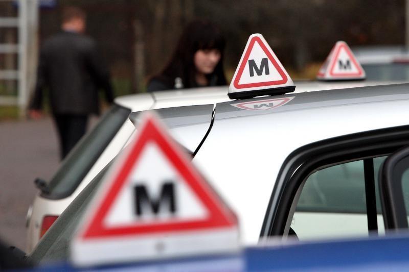 Pradedančiojo vairuotojo pažymėjimai bus keičiami įprasta tvarka