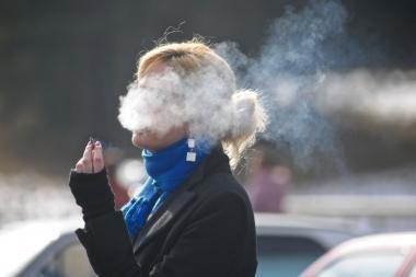 Šiemet daugiau rūkalių cigaretes pradėjo suktis patys