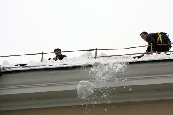 Gamtos stichija sostinėje: nuo stogų krentantis ledas ir slidūs šaligatviai