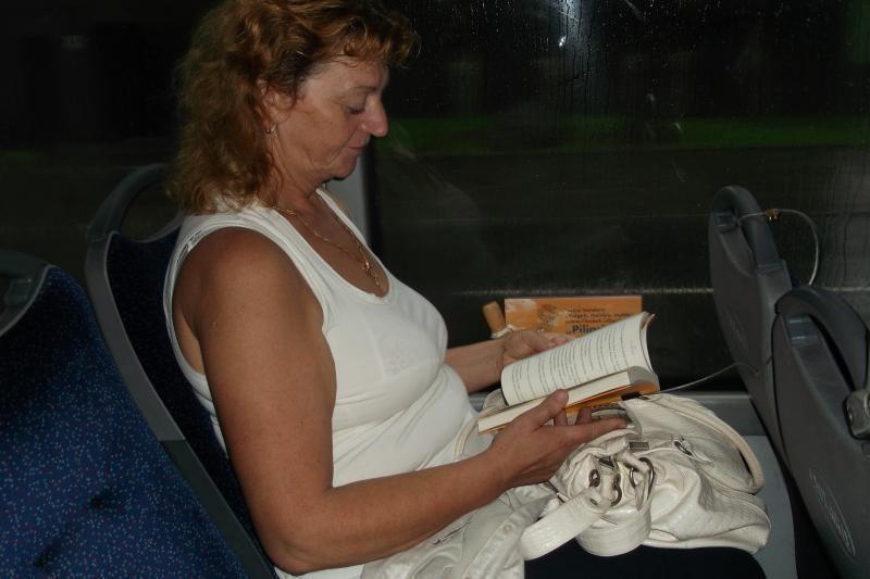 Skaityk, tik nevok: knygas troleibusuose pririšo viela