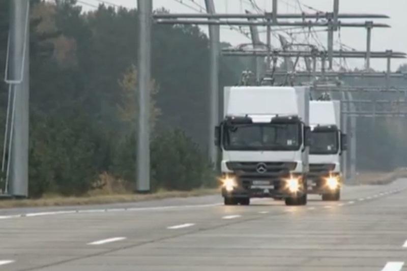 """Į greitkelius išriedės elektriniai sunkvežimiai – """"laidabraukiai"""""""