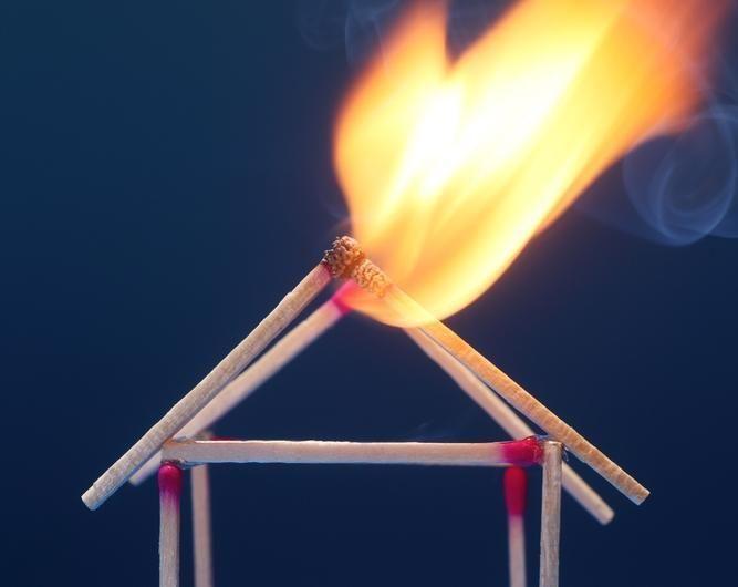 Ugniagesiai gesino gyvenamajame name degančią pirtį