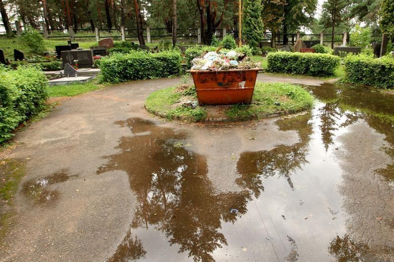 Prieš Vėlines suskubo iškuopti Kauno kapines