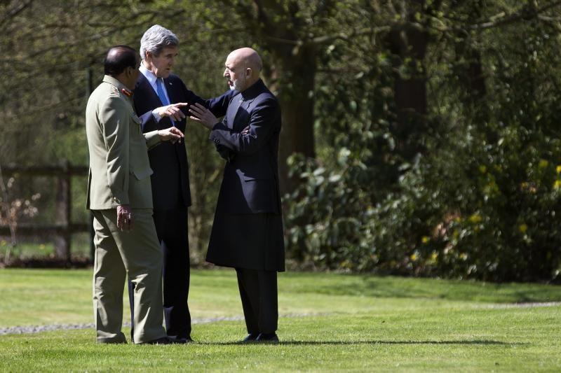 CŽV parama: dešimtys milijonų dolerių grynaisiais H. Karzai