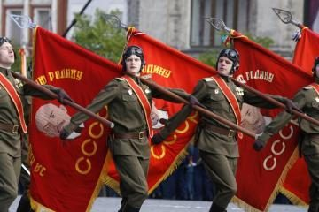 Rusijos kariams pagerbti - plakatas su nacių nuotrauka