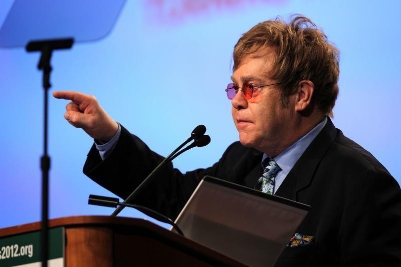 Daugiau meilės gali sustabdyti AIDS, teigia dainininkas Eltonas Johnas