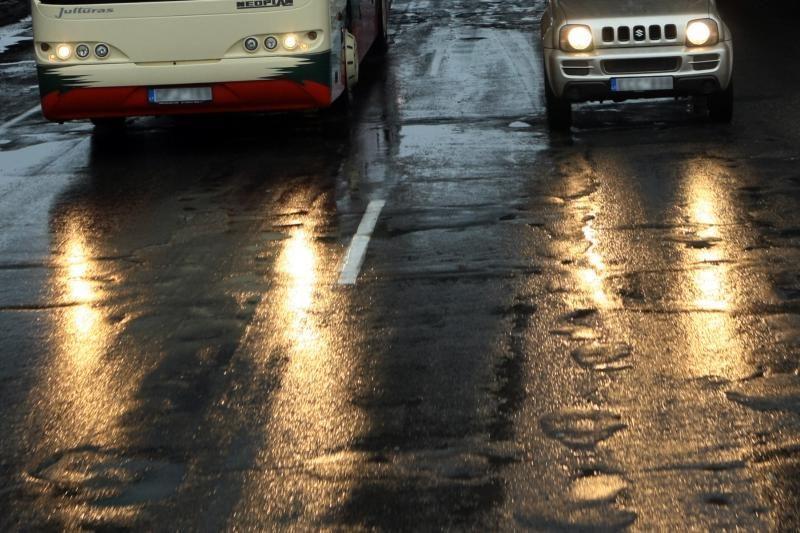 Lietuvoje keliai drėgni, naktį pranašaujamas rūkas ir plikledis