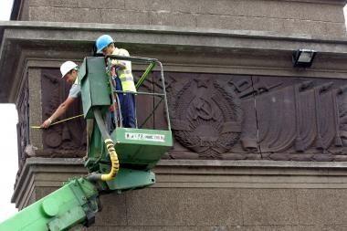 Sovietiniai simboliai ant tilto bus uždengti