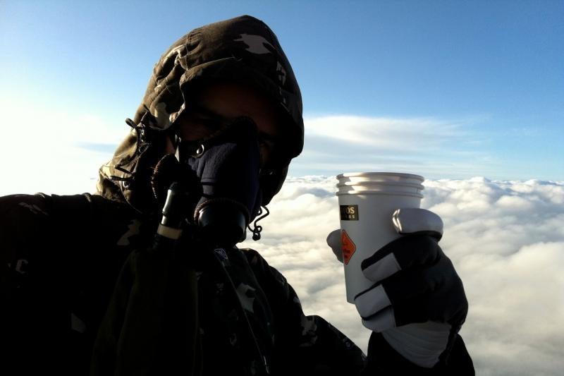 Aukštai virš Vilniaus pakilusiame oro balione atsigėrė kavos