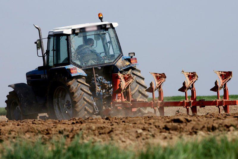 Panevėžio rajone apvirtus traktoriui, žuvo vairuotojas
