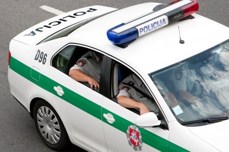 Penkiolikmetis suniokojo policijos automobilį