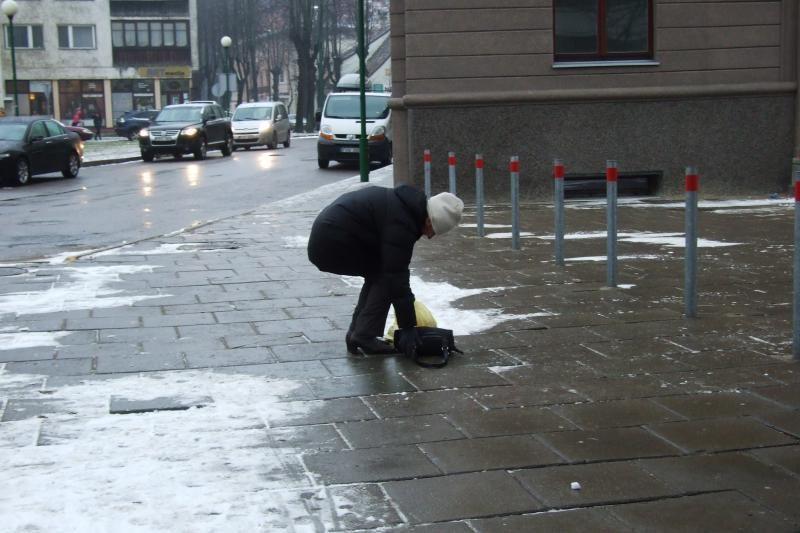 Klaipėdoje šaligatviai dengiasi ledu, pėstieji raginami būti atsargūs
