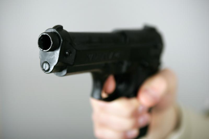 Girtas vyras nelegaliu ginklu grasino išžudyti savo šeimą