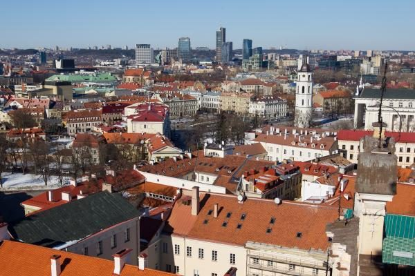 Vilniuje ant slidaus kelio vartėsi automobiliai