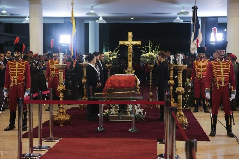 H. Chavezas pašarvotas atvirame karste, su juo gali atsisveikinti visi