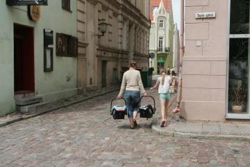 Dvi motinystės arba tėvystės pašalpos pametinukams