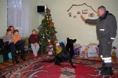 Muitininkų dovanos pradžiugino globos namų auklėtinius