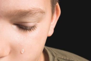 Sugyventinis moters sūnų grasino išmesti pro langą