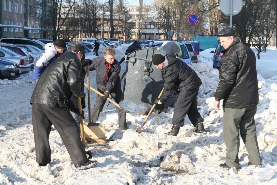 Vilniečiai išvadavo kiemus iš sniego