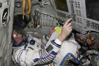 Du rusų kosmonautai atlieka darbus atvirame kosmose