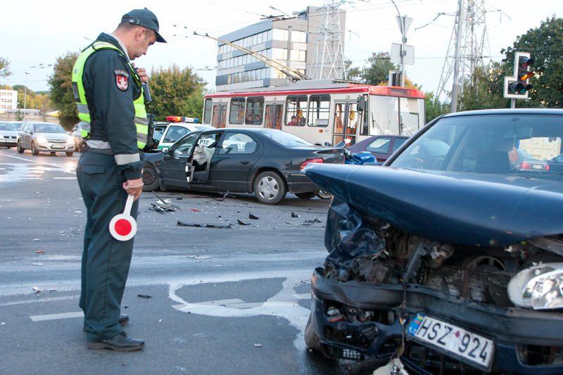 Vilniuje susidūrus automobiliams nukentėjo motociklininkas