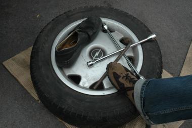 Vilniuje žuvo gatvėje ratą keitęs vairuotojas