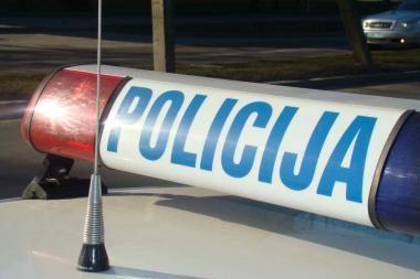 Policija ieško apvirtusio automobilio vairuotojo