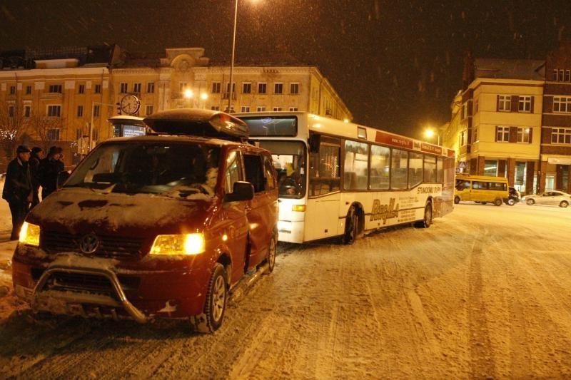 Miesto centre į avariją papuolė keleivius vežęs autobusas
