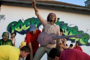 Paminklas Bobui Marley iškilo Serbijoje
