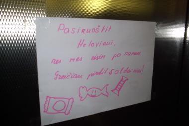 Apie artėjantį heloviną vaikai kaimynams priminė raštu