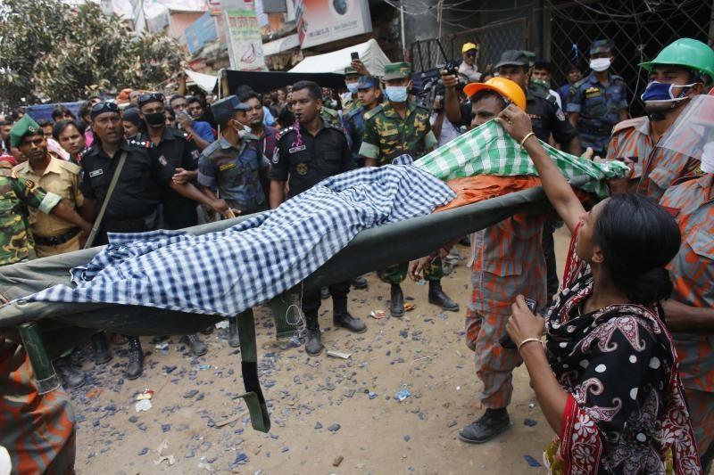 Bangladeše dėl nelaimės kritikuojama siuvimo pramonė: žuvusių jau 152