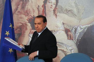 Silvio Berlusconi dainuos apie meilę